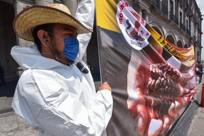 Manifestantes protestan en la Ciudad de México con cubrebocas por coronavirus