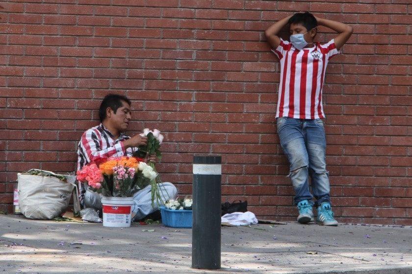 Mexicanos salen a buscar sustento durante cuarentena