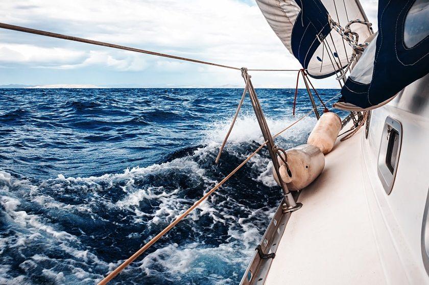 Hombre desafía al covid-19 y cruza el Atlántico en velero