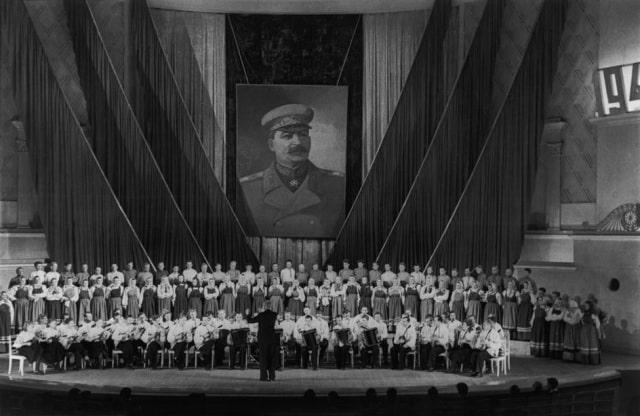Hall de Tchaikovsky, coro ucraniano cantando canciones tradicionales ante un cuadro de Stalin