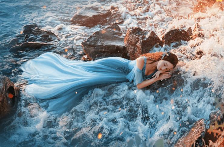 vestido azul en el mar