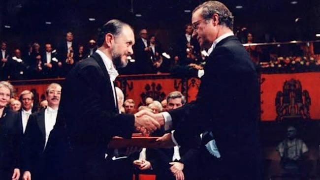 mario molina recibiendo el premio nobel