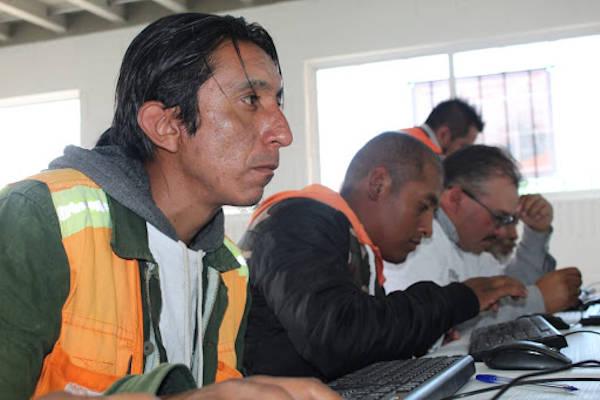 trabajadores de la cosntruccion tomando clases