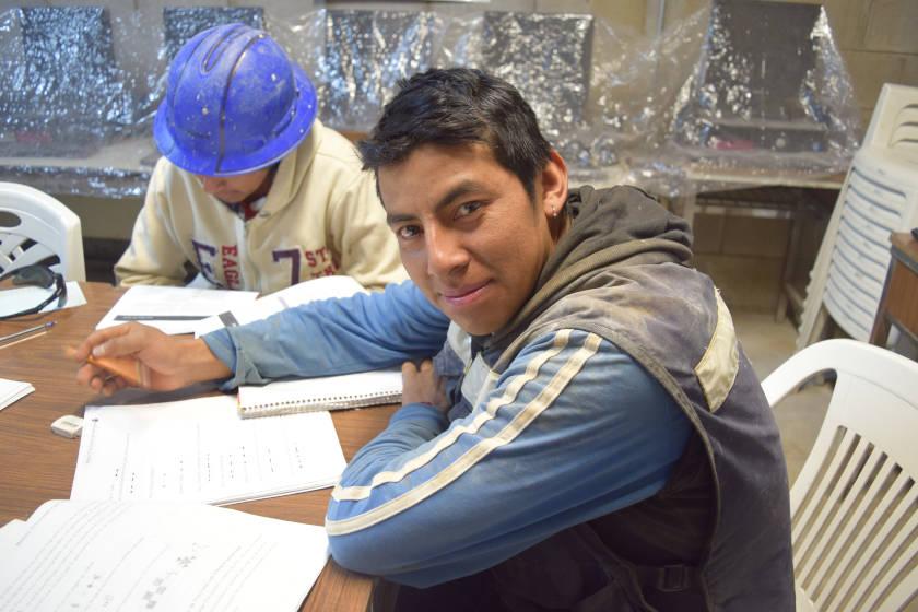 trabajadores de la construccion tomando clases