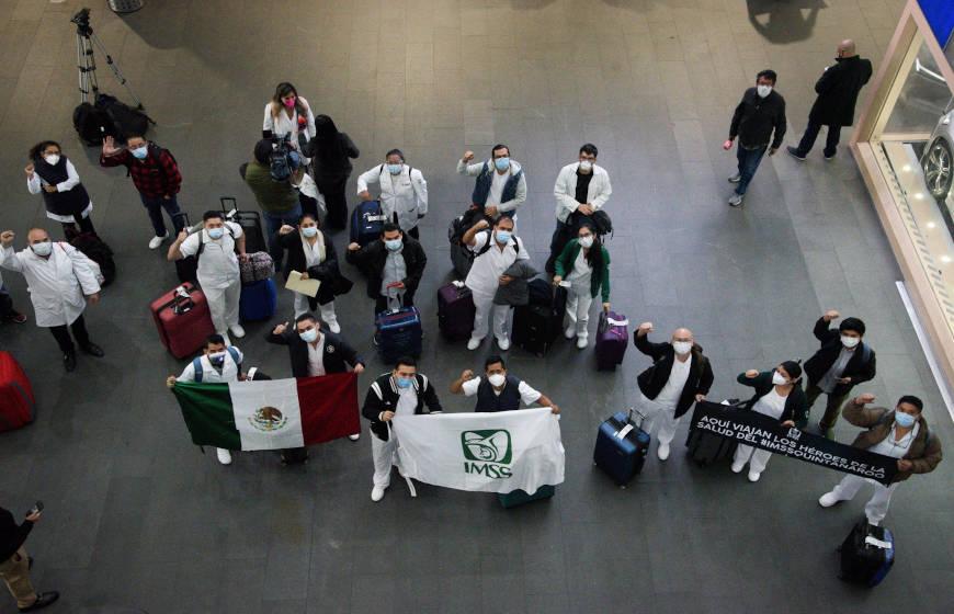 trabajadores de la salud en aeropuerto