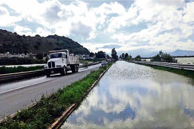 lago y carretera