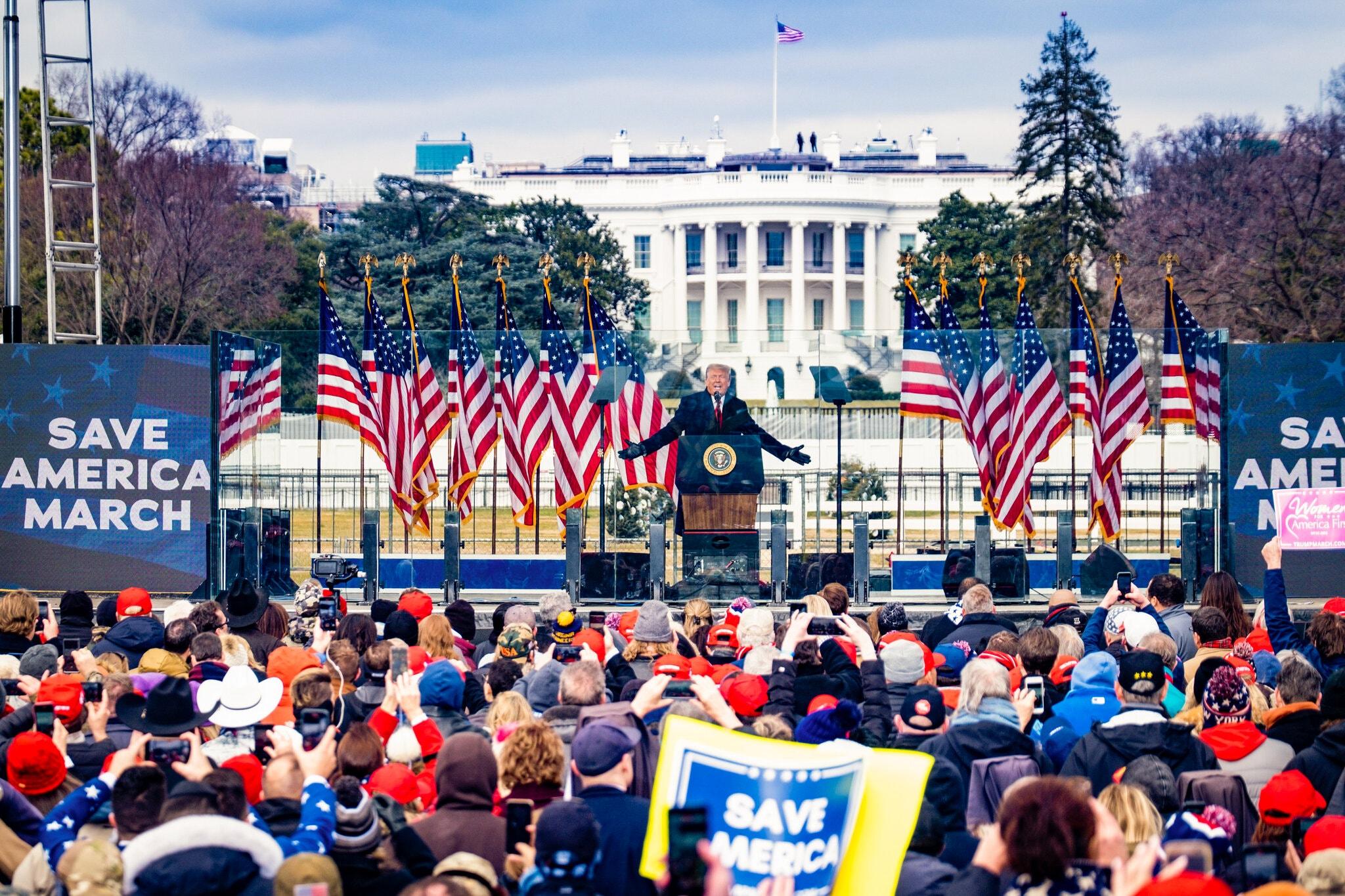 Simpatizantes de Trump arremeten contra el Capitolio