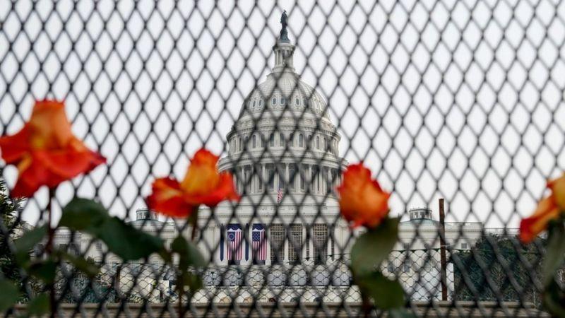 Detienen con armas de fuego y credenciales falsas a las afueras del Capitolio