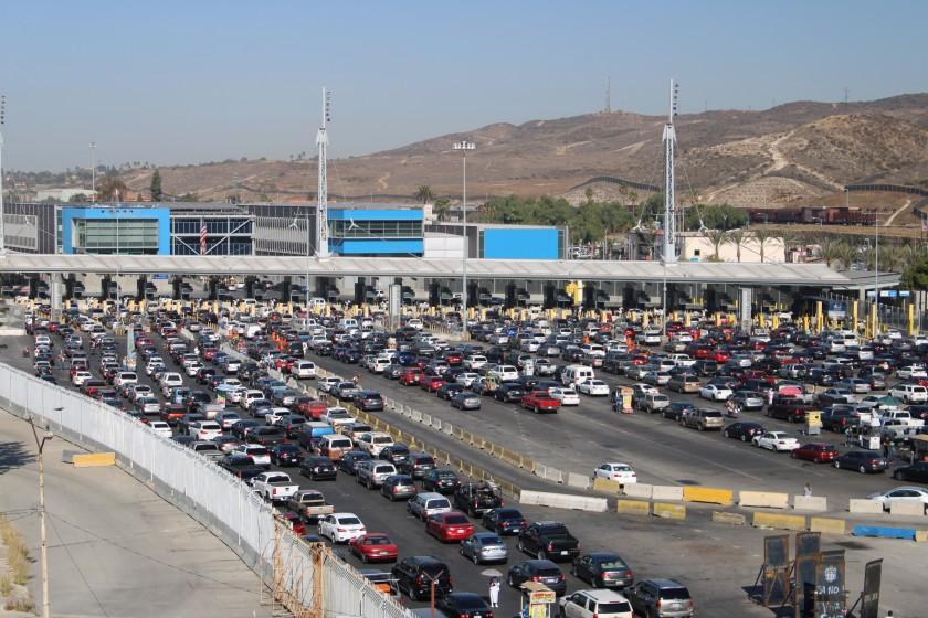 Estados Unidos extiende restricciones con las fronteras terrestres de México y Canadá